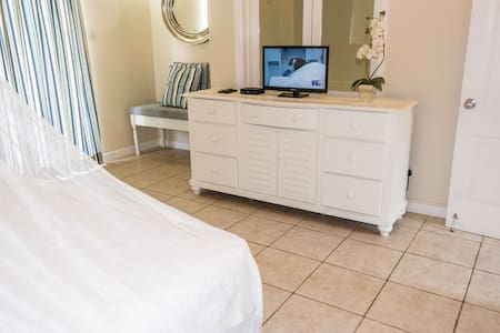 King-size bed. TV with cable-TV + private Netflix a/c.