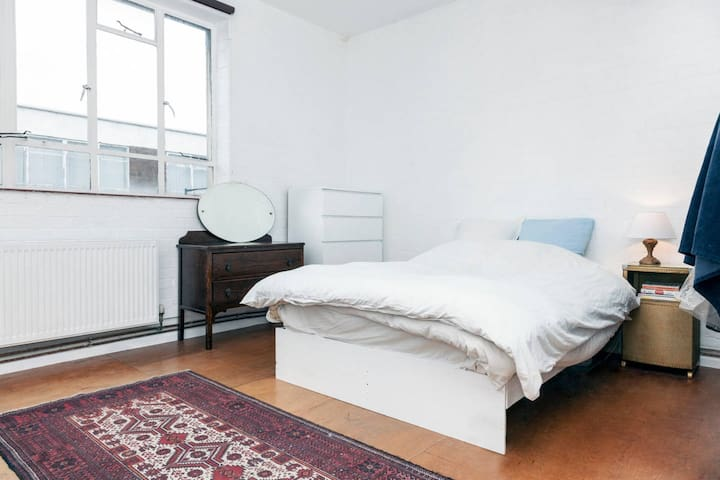 Spacious bright room in East London loft - Londra - Loft
