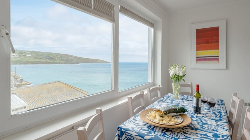 Atlantic Blue overlooks Porthmeor beach in St Ives. Very close to town centre, shops, restaurants. Free parking. Free WiFi.