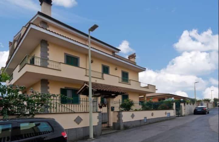 3) Villa ai piedi dei Castelli Romani (Roma)