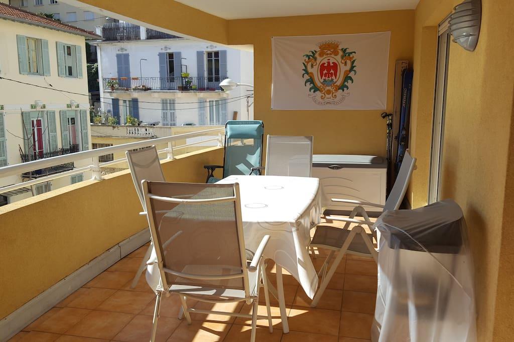 Loggia 15m² avec table et chaises, chaise longue, barbecue