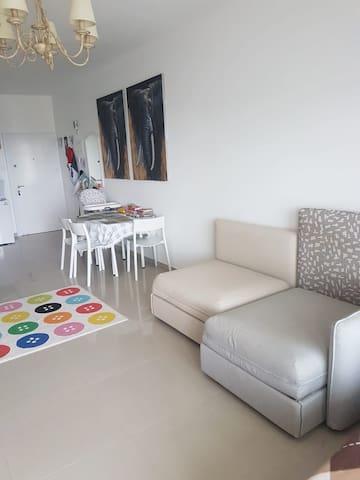 Диван в гостиной раскладывается на 2-3 спальных места