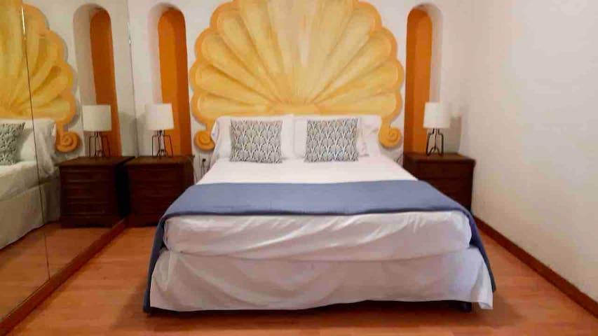 Tercera habitación que cuenta con una cómoda cama matrimonial y dos camas individuales además de baño privado. Ideal hasta para 4 invitados