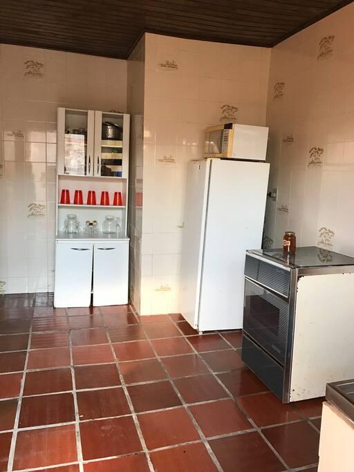 Cozinha ampla e equipada