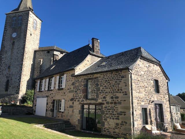Maison typique du Cantal dans  joli village