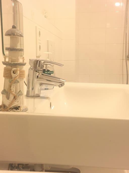Bad mit Toilette und Badewanne
