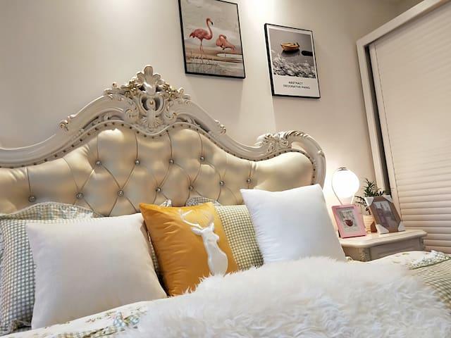 纯手工自己手机拍的哈,主卧室大床2米x1.8米,家里不富裕买不起照像机 ^_^