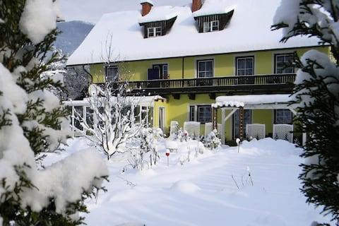 Aantrekkelijk appartement in Feld am See met balkon en tuin