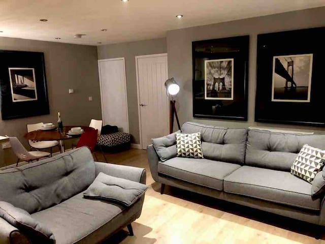 Bankside House New Beautiful Property with parking