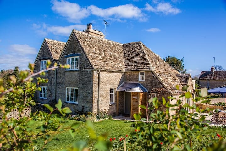 Quaint Cotswold Cottage; dog friendly; smoke free - Sapperton - House