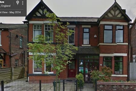 V Large single room Victorian House - Manchester
