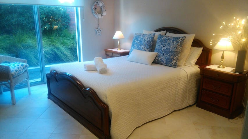 Tranquil retreat OWN  ENTRY & ENSUITE  walk 2 town