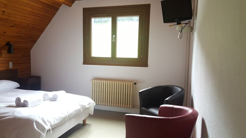 Spacious double ensuite room - Pyrenees