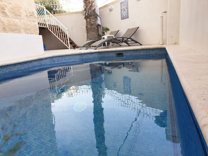 Luxurious House with Swimming Pool - fab location