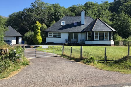 Lochside Highland Getaway with Fantastic Views