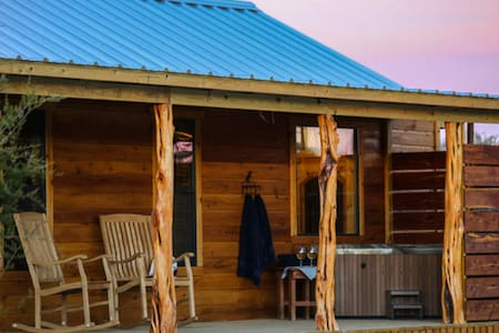 Whitetail Oaks The Hideout | Hill Country Cabin | Hot Tub | Full Kitchen