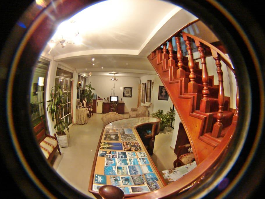 Panorámica de recepción y sala de estar.