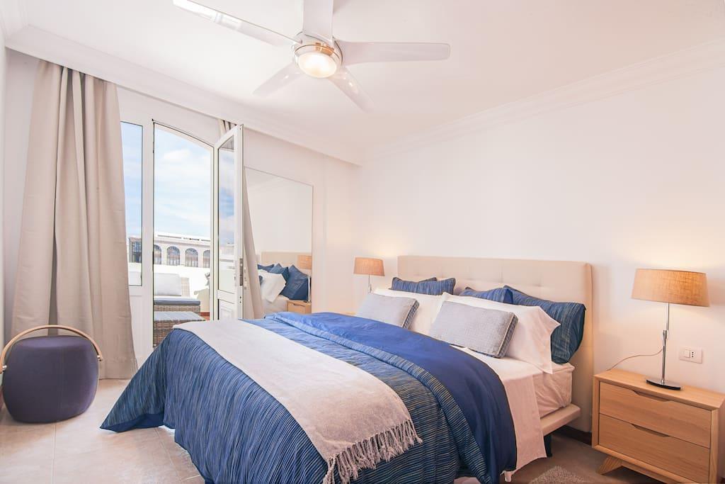 Dormitorio 2 con terraza. Hay armario empotrado  y ventilador de techo.