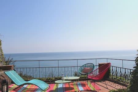 BEACHFRONT VILLA.Beach, pool, parking, wifi, ★★★★★