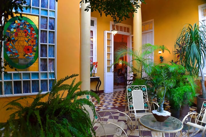 Garden Paradise with big rooms in colonial style