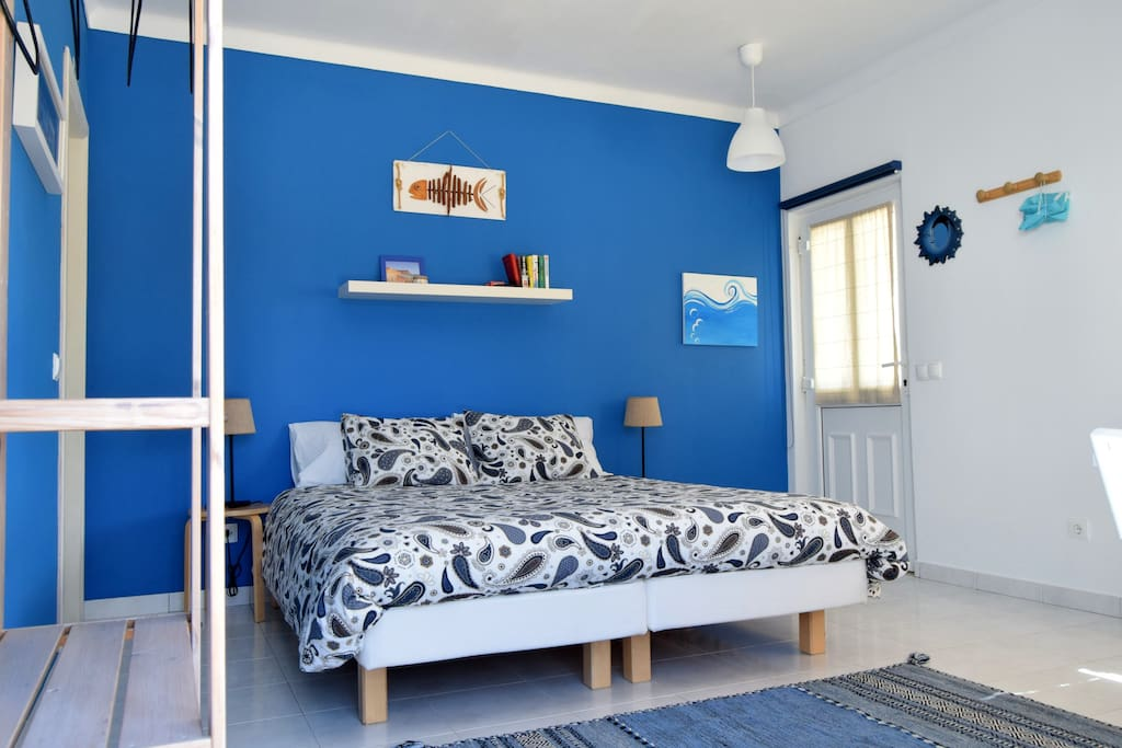 Blue room, king size bed, private bathroom, independent access, tea and coffee facilities