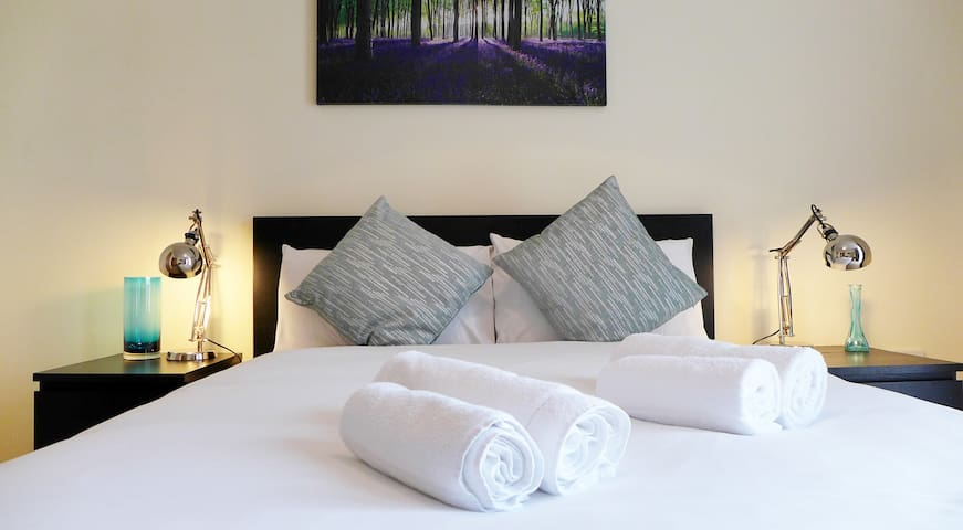 Two Bed City Centre Hotel style Served Apartment - Milton Keynes - Byt