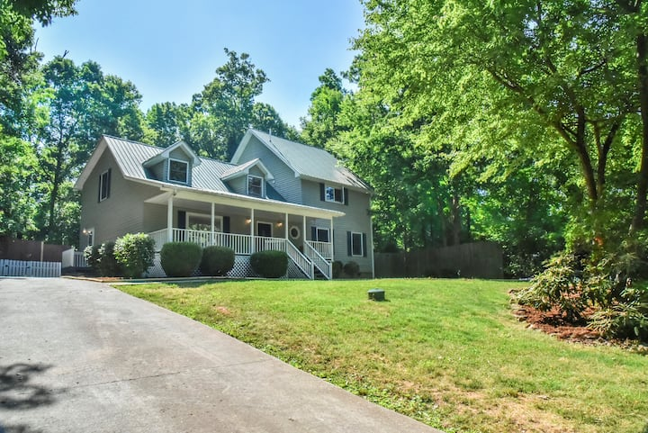 Large family home 15 min to downtown AVL w/hot tub