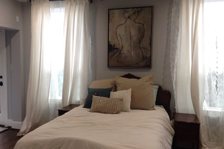 Private room with attached bathroom in the Heights - ฮูสตัน