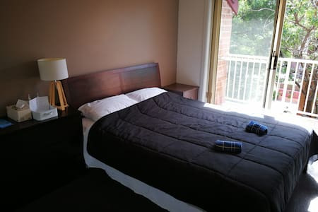 Clean modern bed room in town - Wollongong - Flat