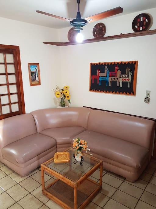 Sala com televisão, ventilador, armário conjugada com a Copa e um mini Scoth Bar