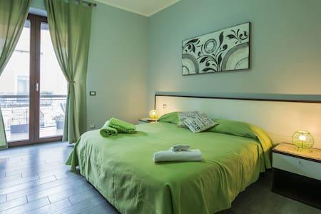 Bed and Breakfast Eco, green room. Double room with balcony and ensuite bathroom. Camera verde, camera matrimoniale con balcone e bagno privato.