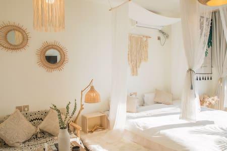 【喜宿】room.8【运城东星店】复古摩洛哥风/吊椅、落地窗、绿植、白纱、编织挂毯/厨具餐具齐全