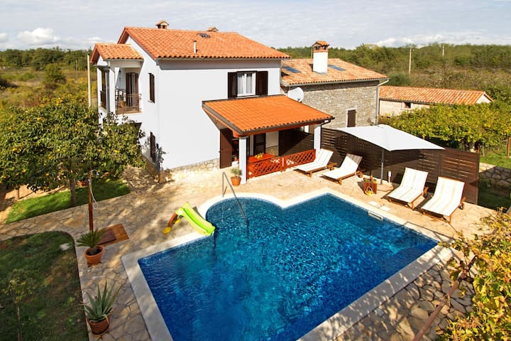 Beautiful Family Vacation House with pool - Labin - House