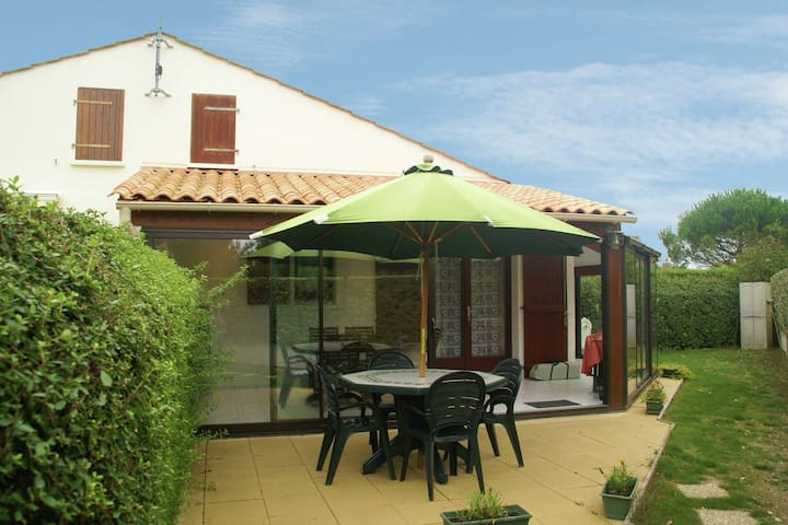 Holiday home at a residence with swimming pool. Just 800m from the coast