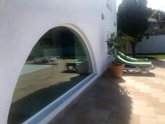 Nieuwe studio met panoramisch zicht,zwembad&  tuin