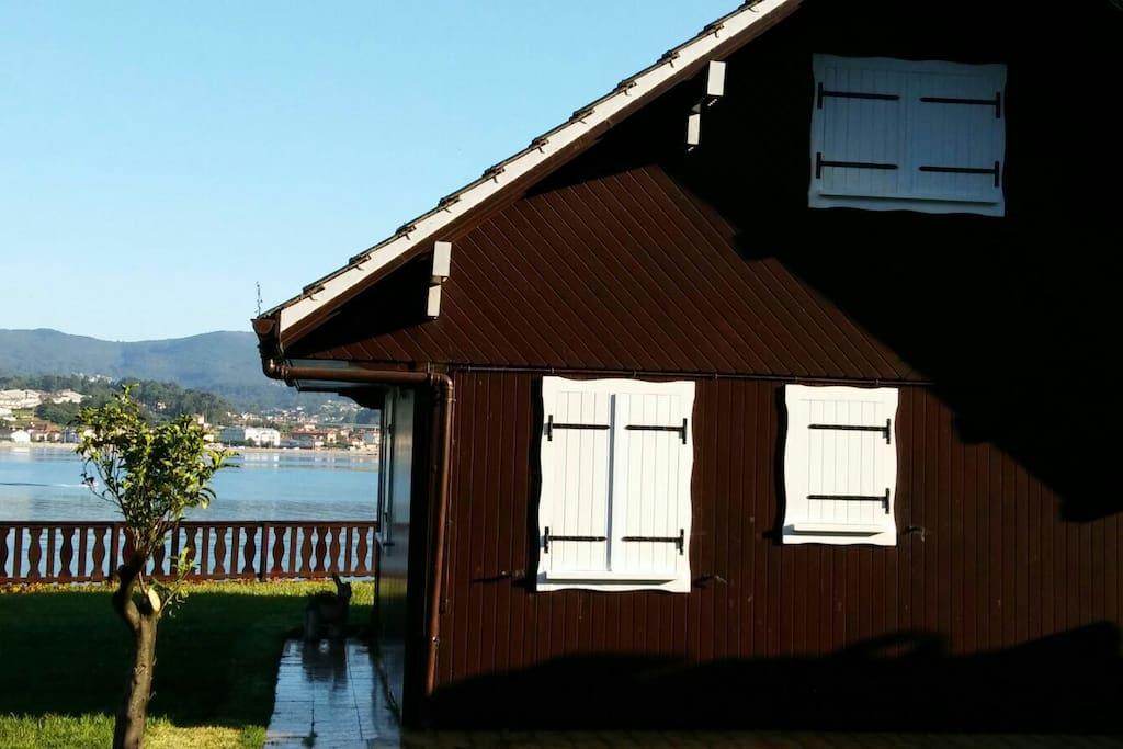 Casa de madera sobre el mar casas en alquiler en nigr n - Casa de madera galicia ...