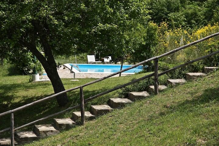 Idilliaco casale con piscina nel Parco del Subasio