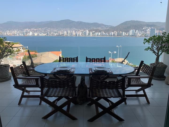 Acapulco apartment, incredible view w/maid service