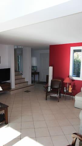 Chambres dans maison spacieuse, jardin et piscine. - Castries - Dom