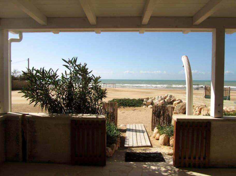 Accesso diretto sulla spiaggia dalla veranda.