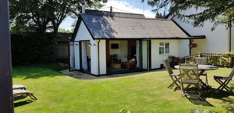 Forest Cottage, Burley. dog friendly, own garden.