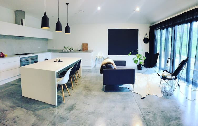 THe Black House, Millwater Estate - Silverdale - Appartement