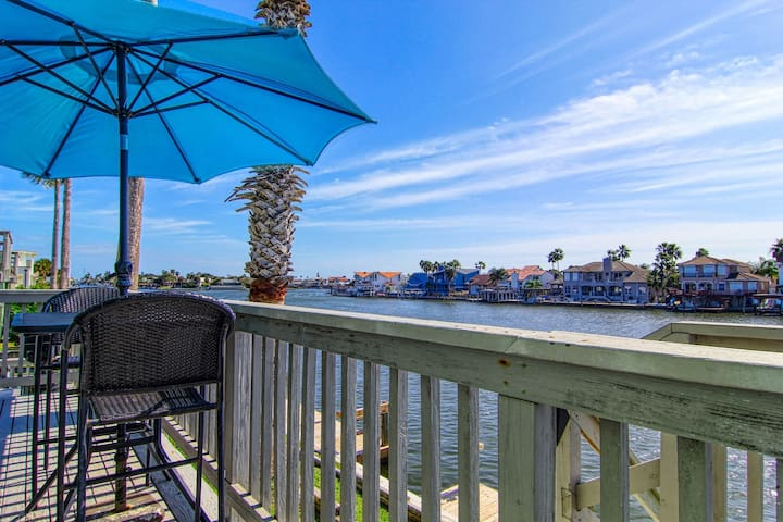 Updated bayfront condo w/shared pool & decks - near beaches & park