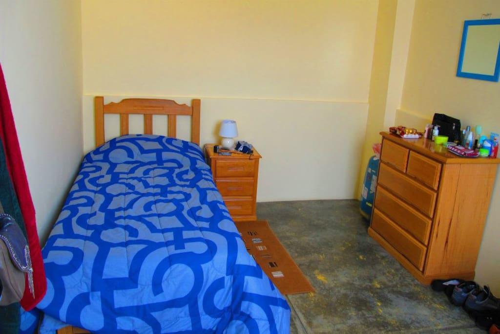 Habitación, totalmente amoblada, donde puede caber una cama doble, dependiendo de vuestros requerimientos