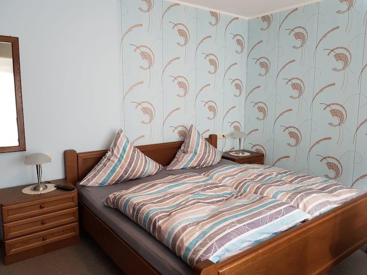 Pension Gästehaus Cornelia (Eschau), Doppelzimmer 4 mit Terrasse und Ausblick ins Grüne