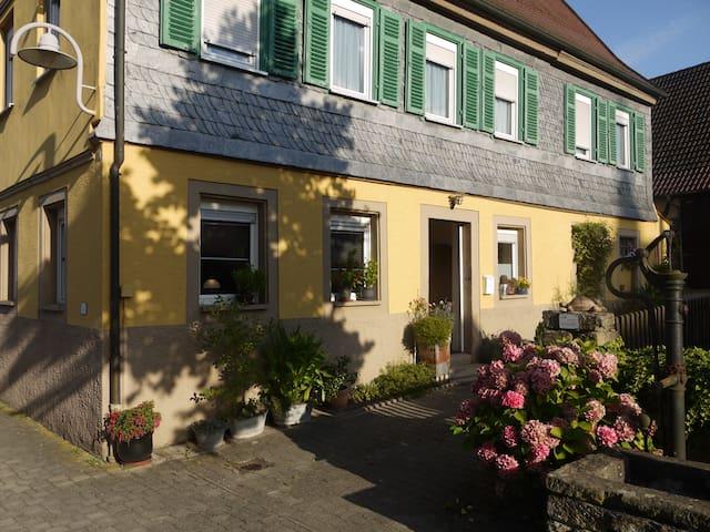 Altes Pfarrhaus Erligheim - mitten im Dorfkern! - Erligheim - Huis