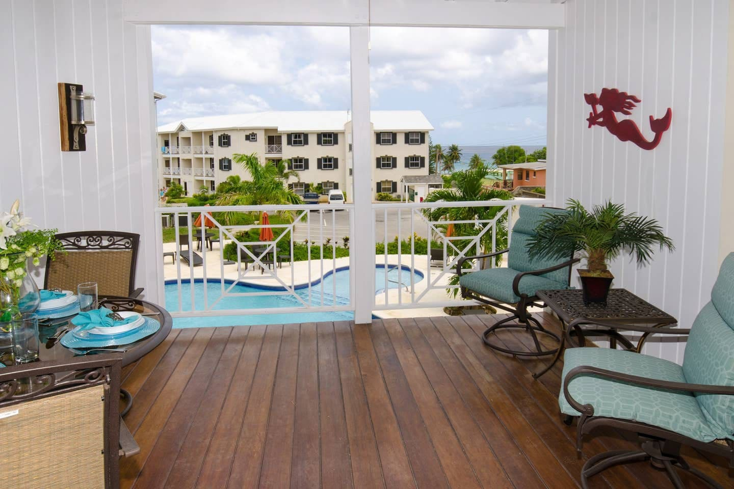 Your spacious balcony overlooks the pool and the ocean. It's on the first floor of the building to the back so no annoying traffic noice!