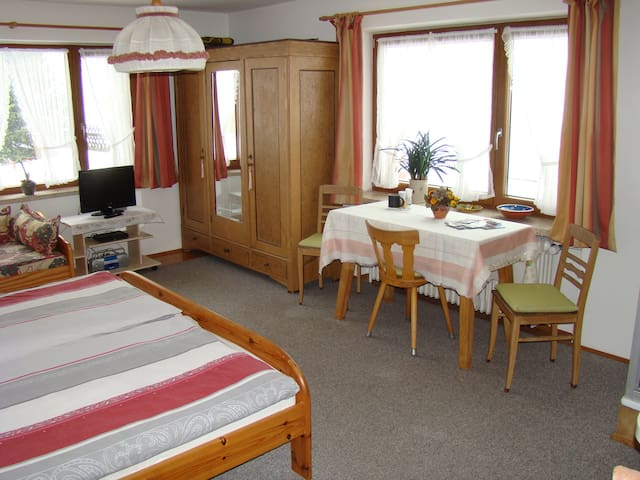 Gästezimmer mit Dusche/WC im Erdgeschoss