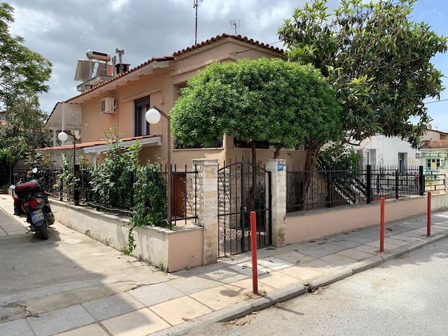 2 bedroom detached house 100m from the sea