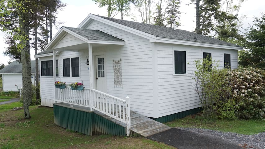 2 BR Evergreen Cottage with Resort Amenities - Southport